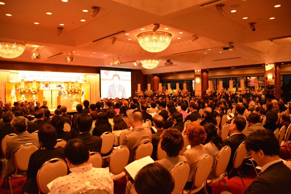 家族同伴新年会・成人式で祝辞を述べている元喜龍知事